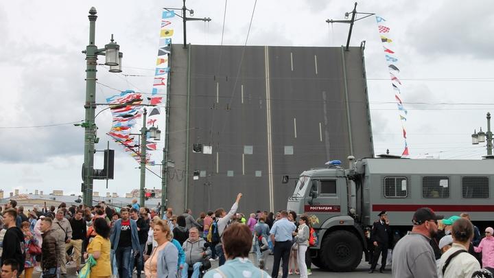 Главный военно-морской парад завершен. Петербуржцы проигнорировали антиковидные ограничения
