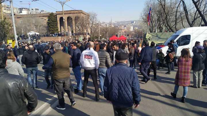 Решение президента Армении по кадровому будущему главы Генштаба оказалось двояким