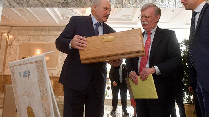 Покушали - рюмочку выпить, это полезно: Лукашенко перед Болтоном унизил русскую водку