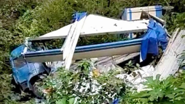 В Сочи грузовик перевернулся на дороге и слетел с обрыва, водитель погиб