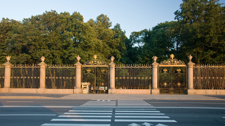 Отдых по-императорски с шампанским в фонтане Летнего сада обернулся штрафом и угрызениями совести