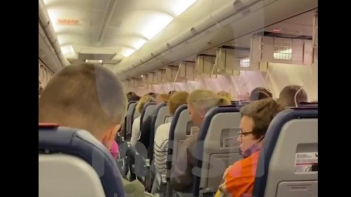 Надрывный голос бортпроводницы, выпавшие маски: рейс Сочи-Петербург 1,5 часа кружил над морем