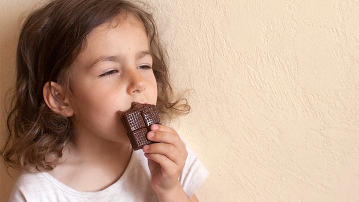 «Шоколад с кровью»: Полезен ли гематоген и как его правильно есть