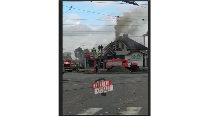 """В Кемерове сгорело кафе """"Гора""""на оживлённом перекрёстке"""