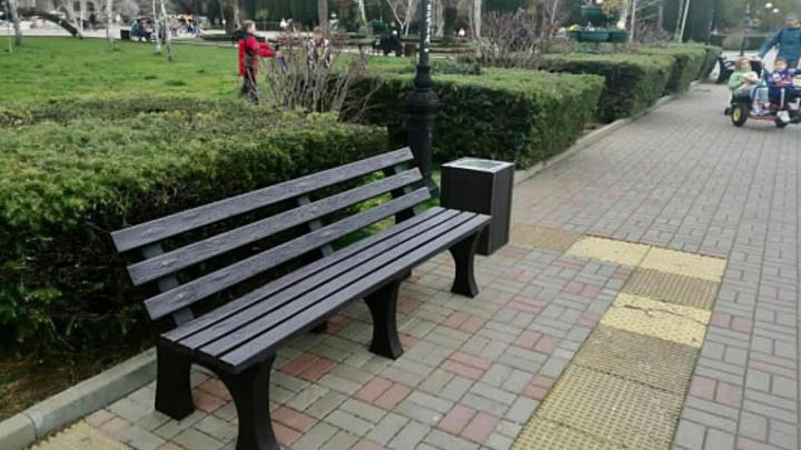 В Сочи установили мебель из переработанного пластика