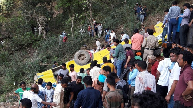 В Индии погибли 40 человек при падении автобуса в ущелье