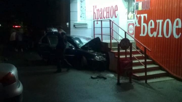 В центре Челябинска водитель Volvo врезался в крыльцо магазина и скрылся с места аварии