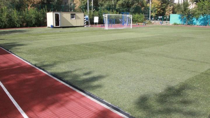 В Челябинске отремонтировали футбольное поле и спортплощадку возле художественного училища
