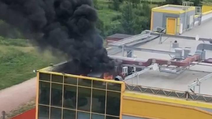 В ТРК «Ока» в Колпино загорелась крыша