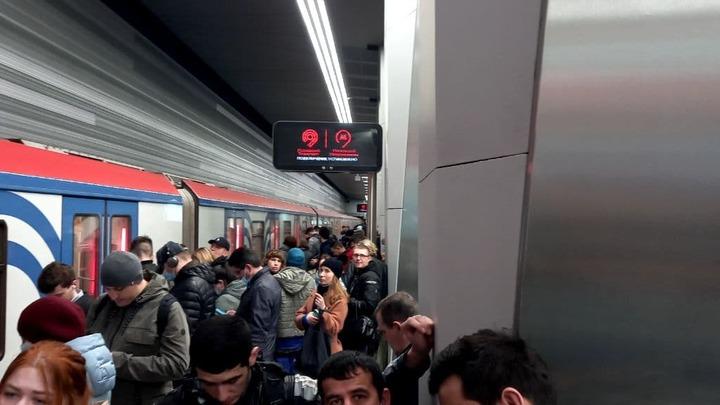 Сбой на розовой ветке метро Москвы: Толпа скопилась на платформе, народ в недоумении