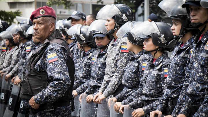 Вербуют за деньги, и они не знают, что делать: Генерал из Венесуэлы открыто заявил о приверженности Гуайдо и спрятался