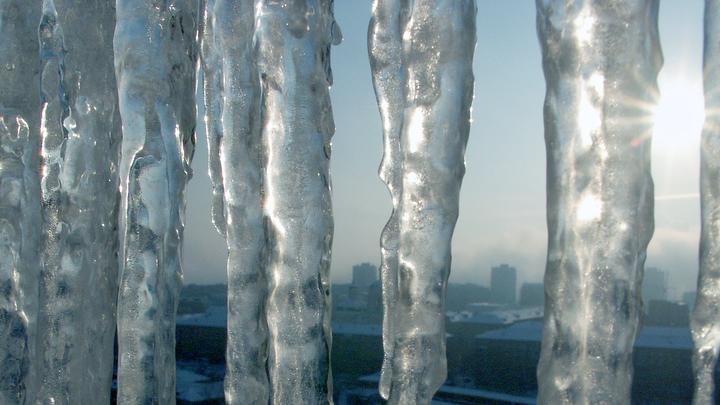 Ледяное распятие: Гигантская сосулька сковала шесть квартир в Дзержинске - фото