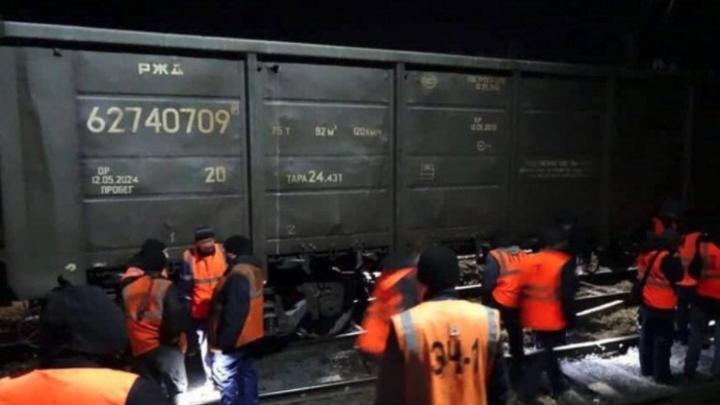 На железной дороге в Челябинской области сошел с рельсов маневровый локомотив