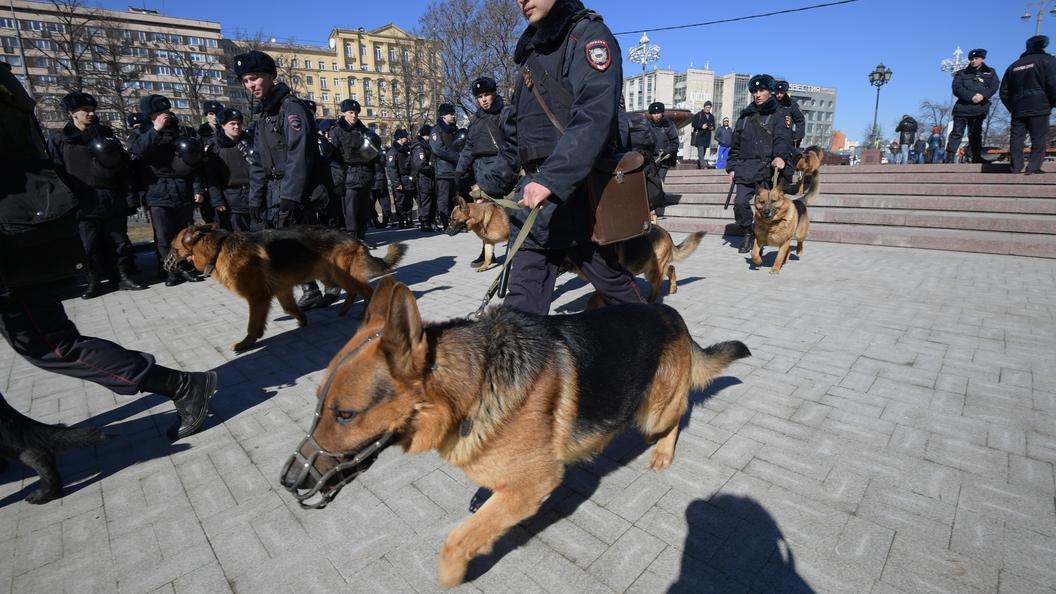 Мужчина с топором укусил бойца Росгвардии в Москве