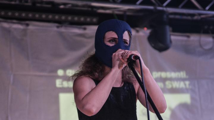 Я еще раздеться могу! Раздеться? Противники храма в Екатеринбурге пытались спровоцировать полицию методом Pussy Riot - видео