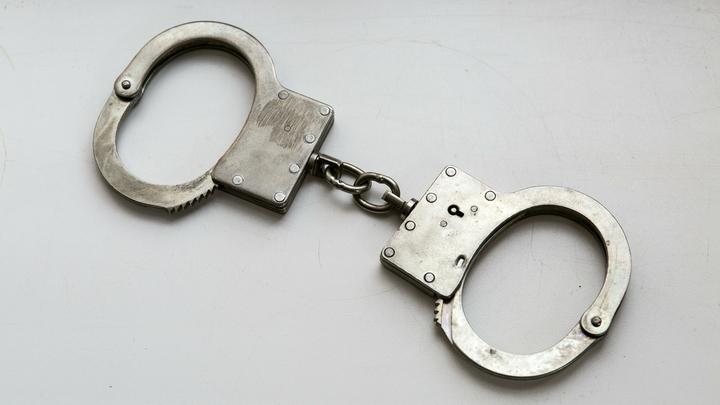 В Новосибирске 16-летний парень пристегнул подругу наручниками к батарее