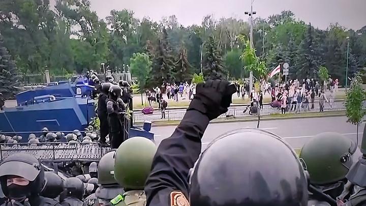 Не отличались ни умом, ни сообразительностью: Кто сорвал военную форму в Белоруссии