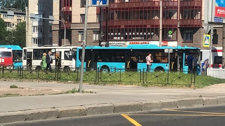 Стало известно о состоянии пострадавших при столкновении автобуса с маршруткой в Петербурге