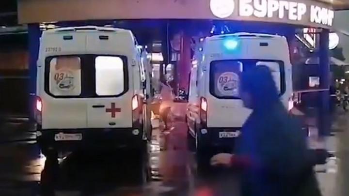 Во время ливня козырек здания фаст-фуда упал на людей в Петербурге