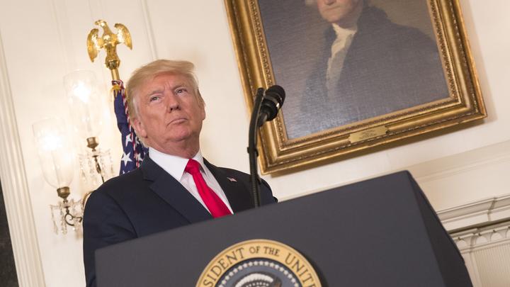Дональд Трамп наблюдает за солнечным затмением с балкона Трумана
