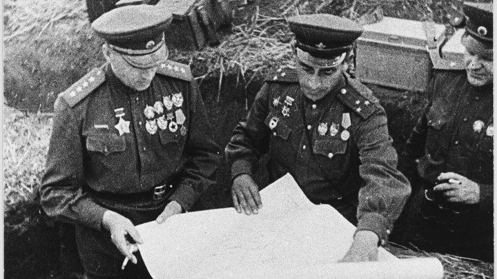 Польские вандалы обезглавили Рокоссовского: Часть мемориальной скульптуры ещё ищут