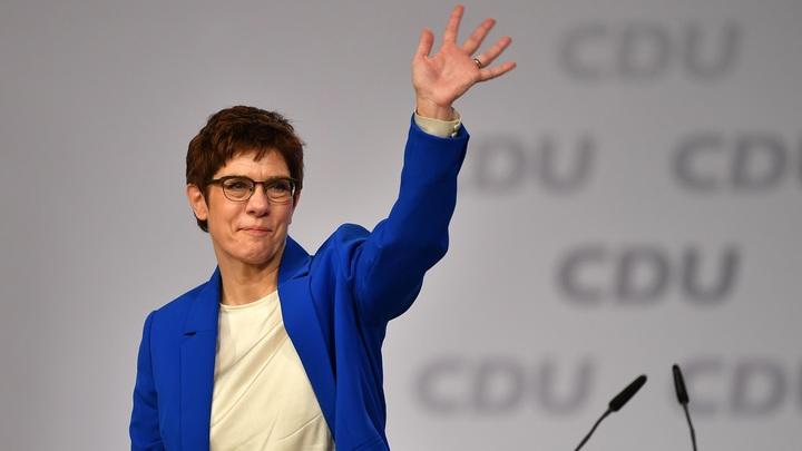 Меркель подставила собственная преемница: Крамп-Карренбауэр отказалась быть канцлером Германии