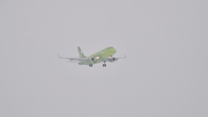 Самолёт, летевший из России в Молдавию, сел на Украине: Оттуда пассажиров дальше повезут на автобусах - СМИ