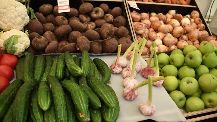 Покупателям предложили вслед за картошкой сэкономить на кривых огурцах