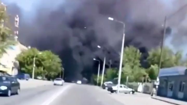 В Челябинске в черте города сгорели три припаркованные фуры