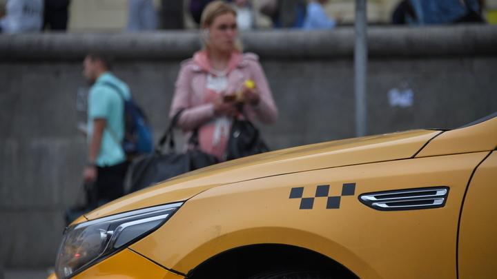 Показал неприличный жест: Сибирячка с ребёнком отказалась ехать в такси с водителем без маски