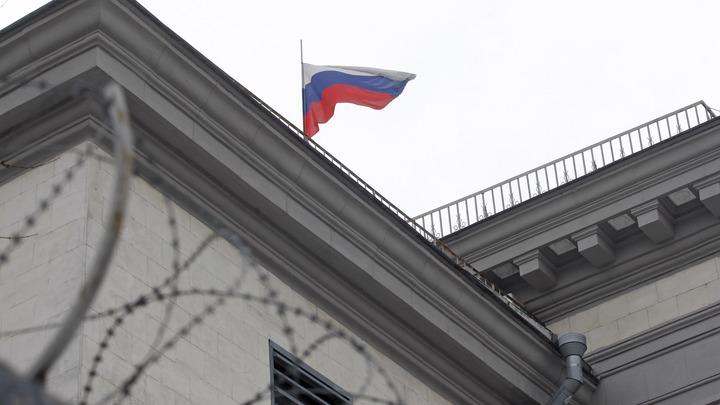 Украинские радикалы устроили «похоронную» провокацию у здания посольства РФ в Киеве