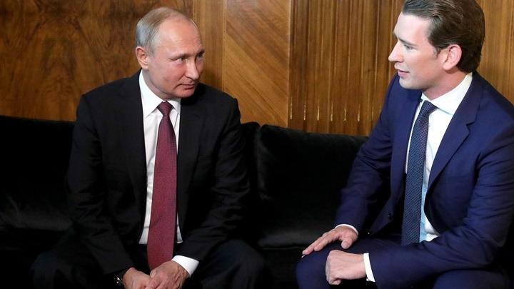 Перед отлетом к Меркель Путин перекинулся парой слов с канцлером Австрии