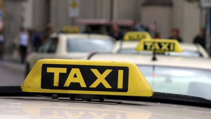 Ты на кого работаешь? Ты чё, попутал?: Пассажир разбил очки таксисту за отказ везти ребёнка без кресла