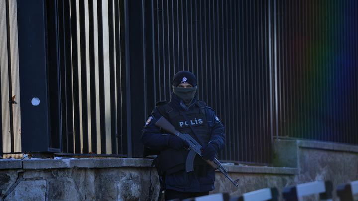 Полицейские с автоматами патрулируют окрестности: Анкара усилила охрану посольства России