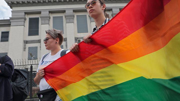 Это каминг-аут? На здании посольства США в Москве рассмотрели не тот флаг