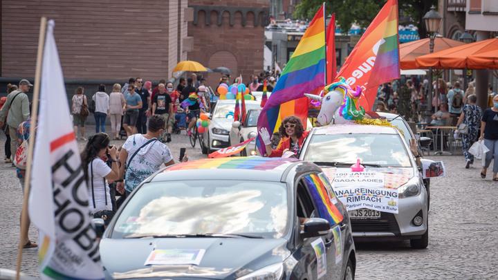 Весь мир смеётся: В Германии офицер-трансгендер поехала на повышение... на единороге