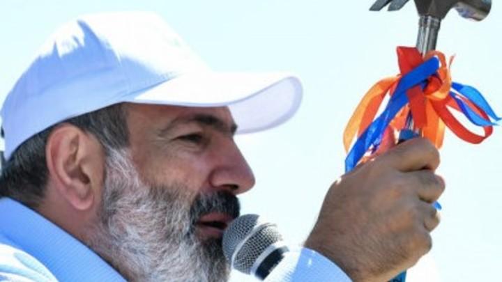 Выступающий с молотком в руках Пашинян насторожил омбудсмена Армении