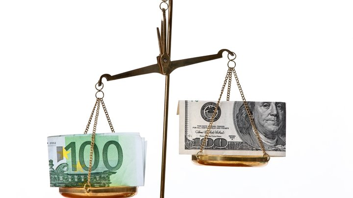 Bloomberg: Казахстан переводит резервы из евро в доллар