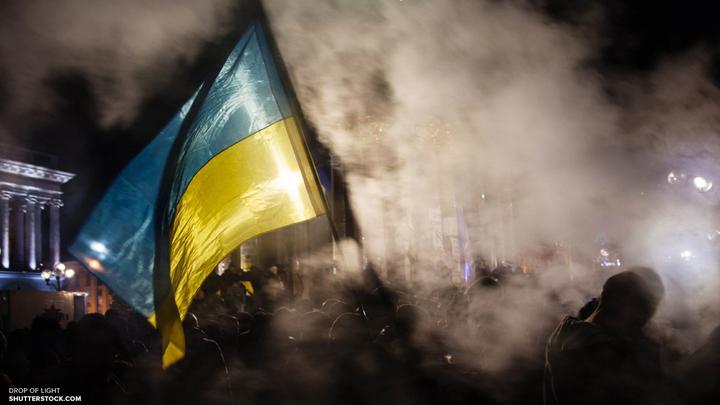 В Киеве националисты замуровывают отделение Сбербанка вместе с людьми внутри