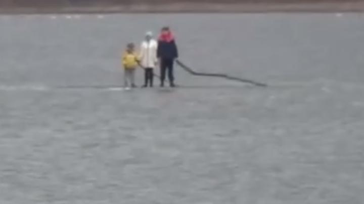 В Челябинской области детей унесло на льдине на середину городского пруда