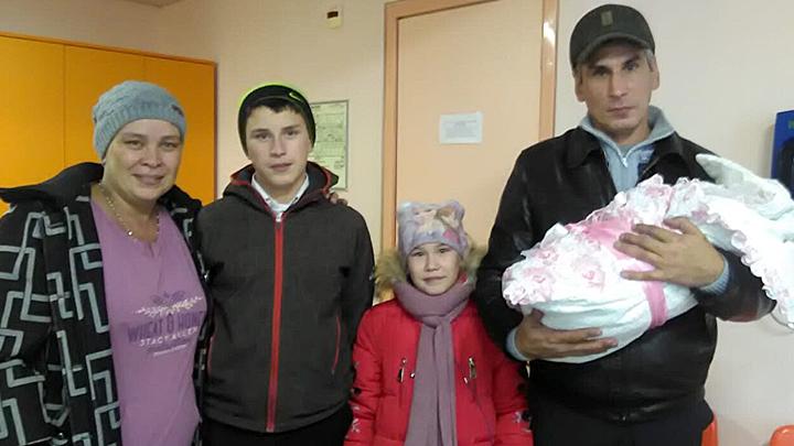 У меня тоже пятеро ребятишек, высылаю 1000 рублей: Многодетные семьи пришли на помощь вместо чиновников