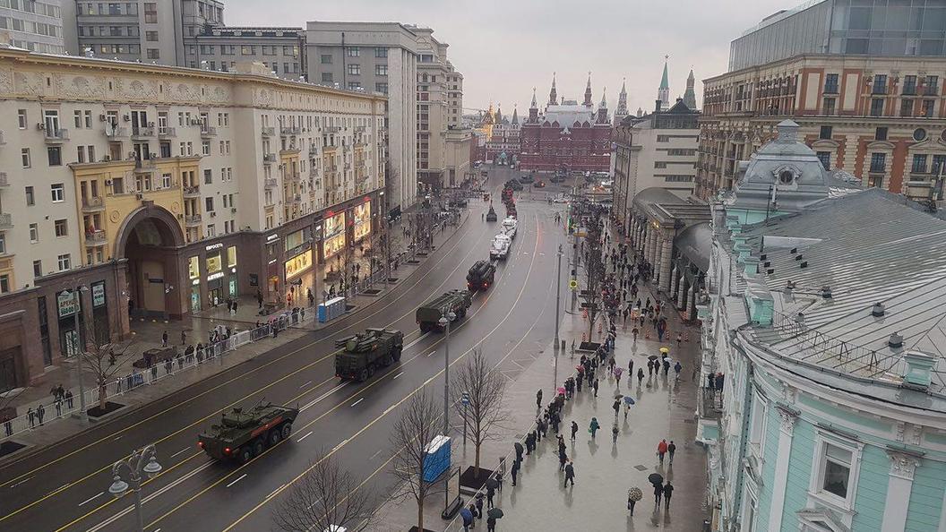 Танки и БТР вошли в Москву