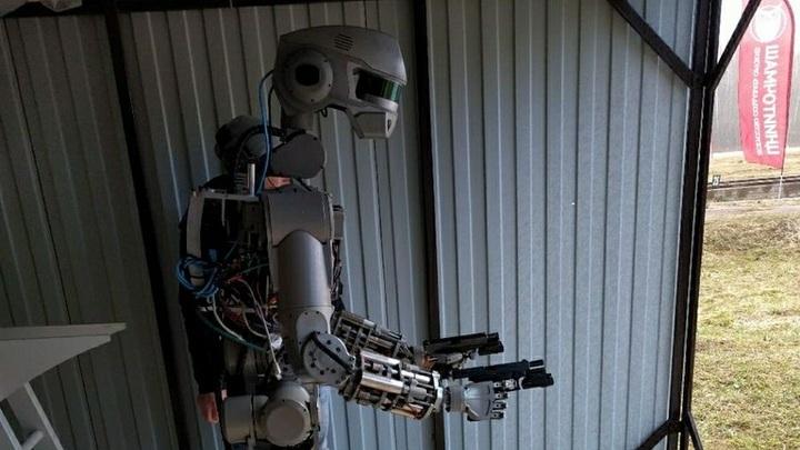 Робот Фёдор не дурак: шутники в Сети соревнуются в анекдотах на тему неудачной стыковки Союза с МКС