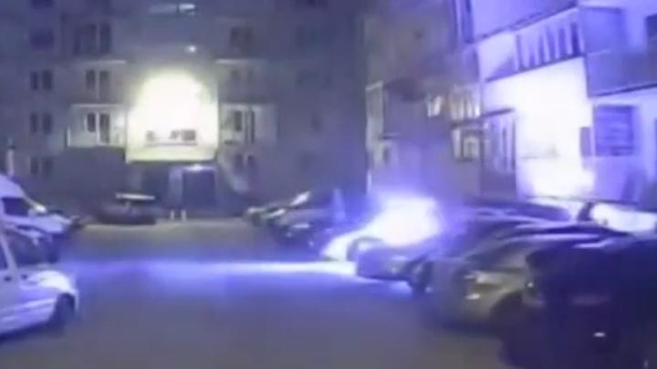 Ночной поджог иномарки в Новосибирске попал на видео