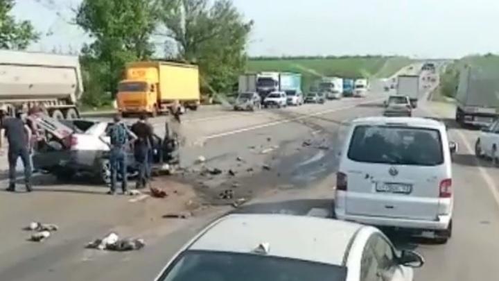 На трассе М-4 в Ростовской области фура раздавила легковушку на встречке: Два человека погибли