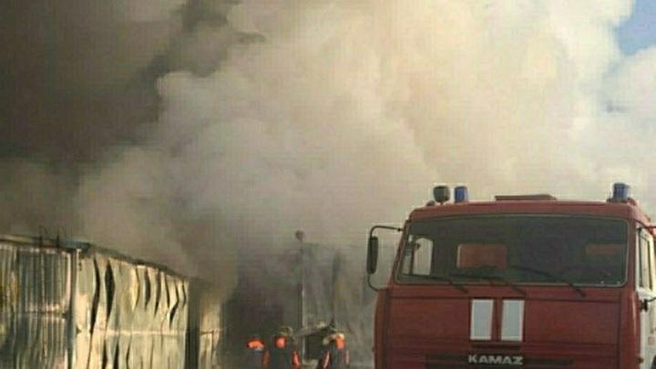 Полыхают 1000 квадратов: В Динском районе тушат пожар на складе