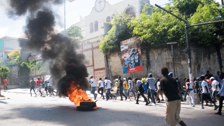 ВГаити люди сожгли американский флаг иобратились кРФ запомощью