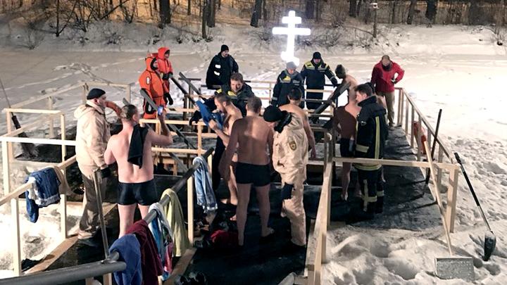 В Москве выстроились очереди желающих окунуться в ледяную купель: Онлайн-трансляция крещенских купаний