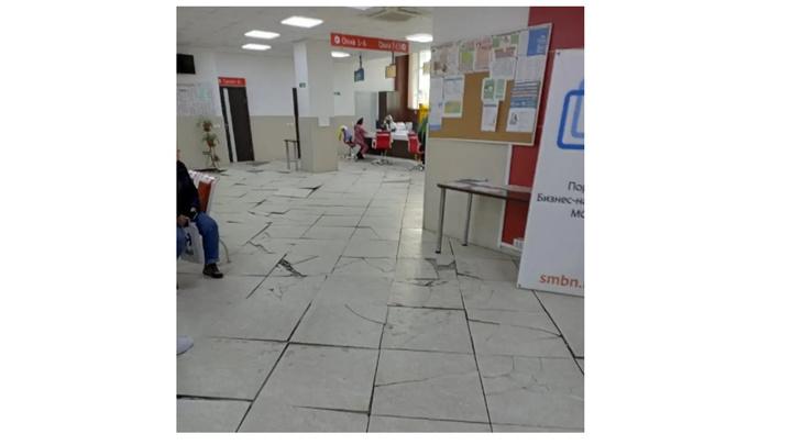 Новокузнечане больше года безрезультатно возмущаются разбитым полом в офисе МФЦ