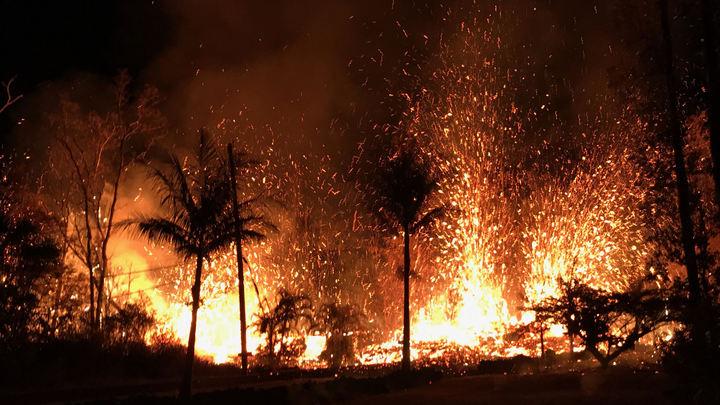 Лава заливает трассы: Власти Гавайев отгоняют от извергающегося вулкана экстремалов